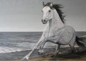 Een dravend paard op het strand